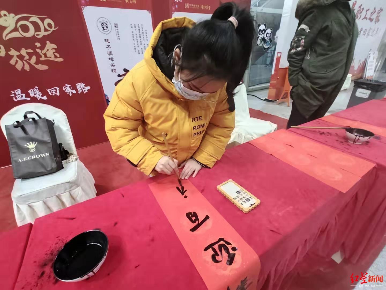 """新春走基层丨18岁书法专业女大学生汽车站为返乡旅客送""""福"""""""