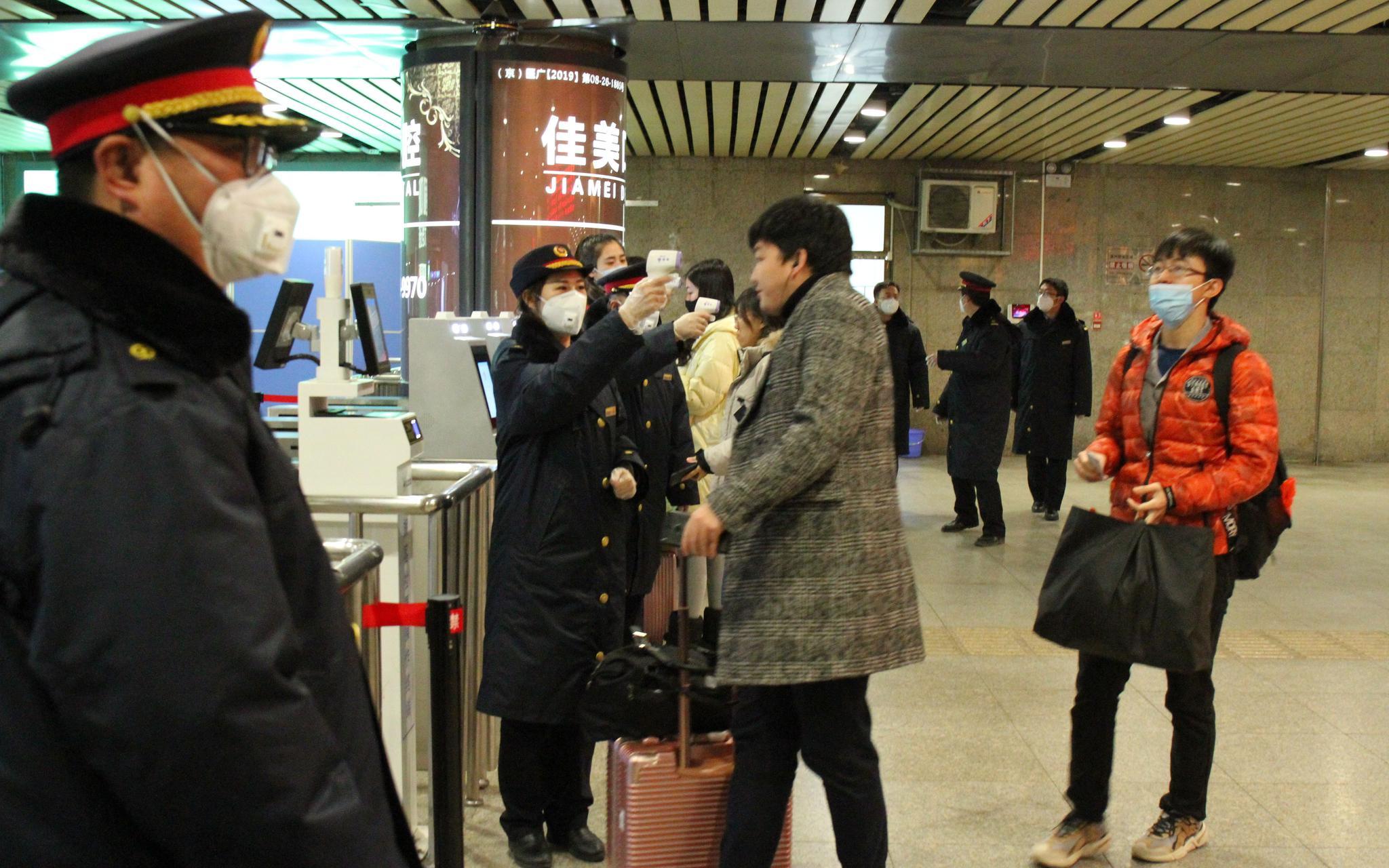北京西站启动武汉到京旅客体温检测图片