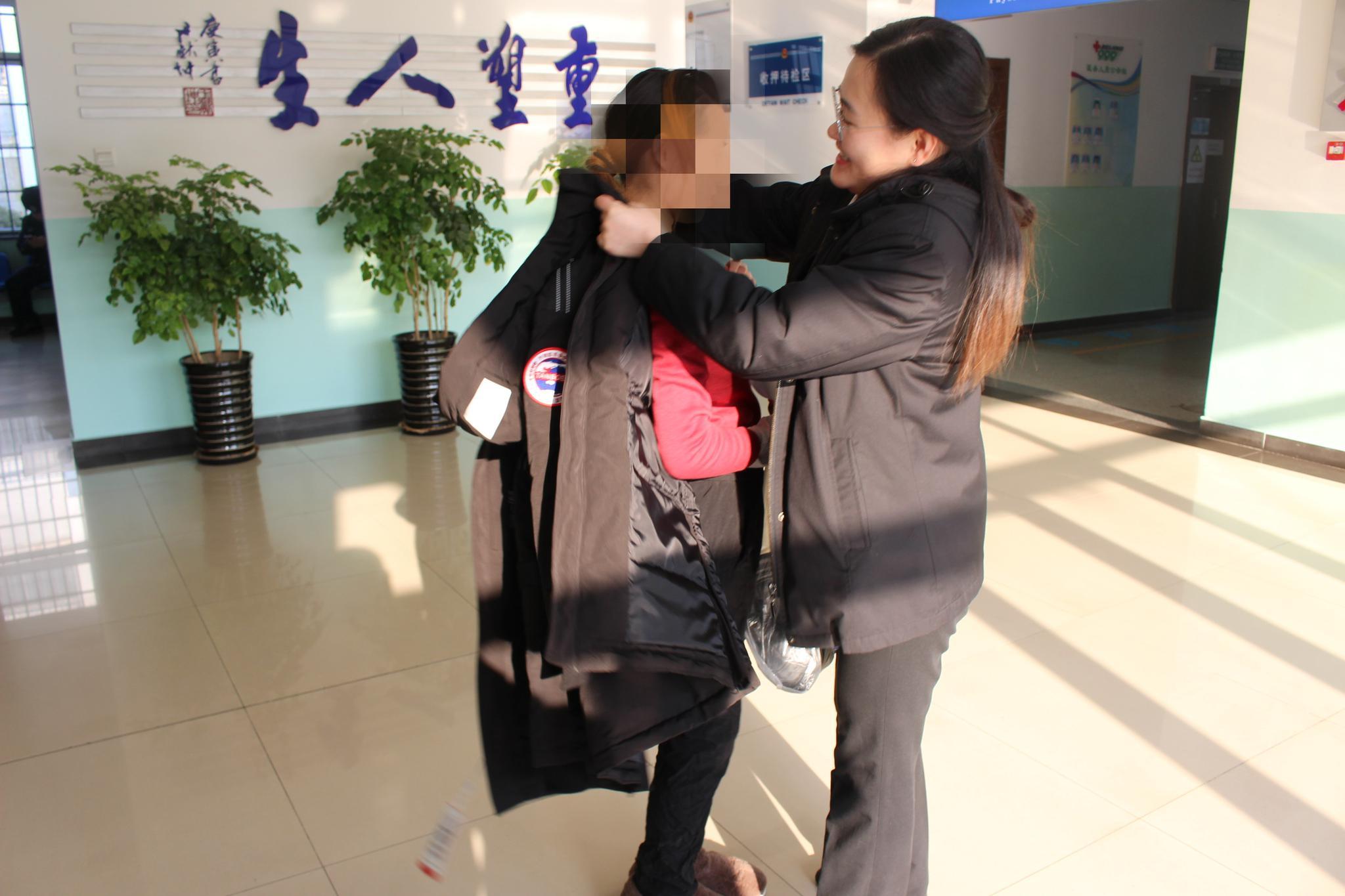 北京市通州法院法官帮助获释少女春节前返乡图片