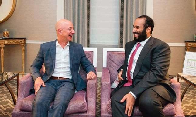 贝索 斯(左)和   王储在2018年一次会面,图据《卫报》