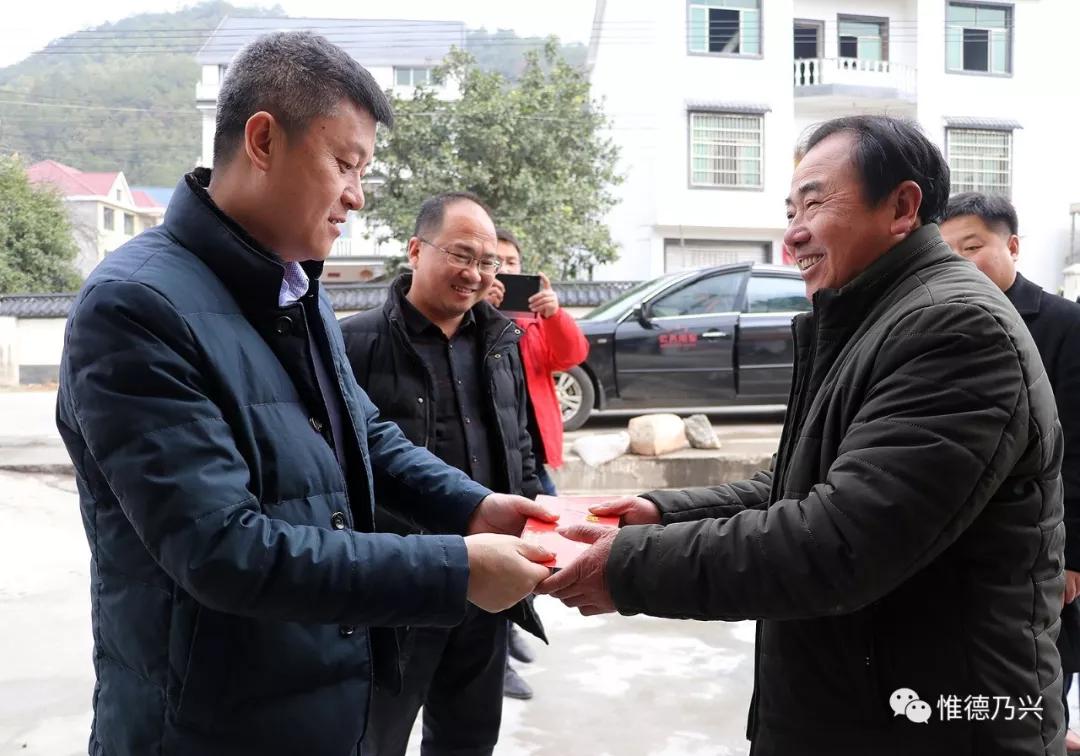 【新春走基层】德兴市委常委吴拥军走访慰问扶贫干部