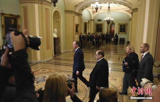 忙!美国大法官罗伯茨早上高院听审 下午主持弹劾