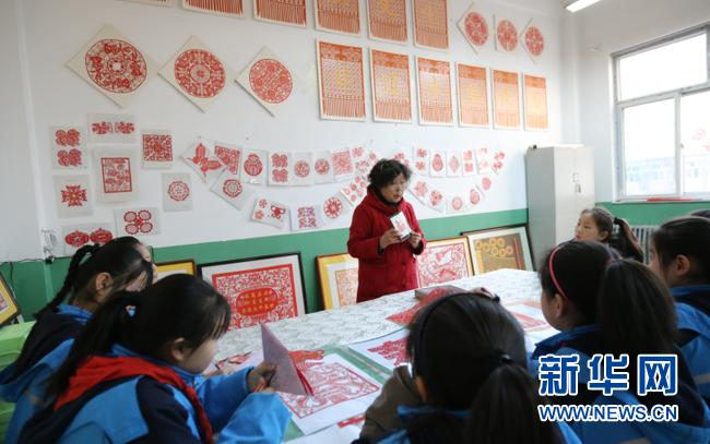 冯金兰向学生们讲解剪纸文化。新华网 武斌 摄