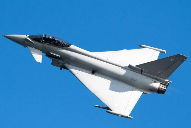 欧洲台风击败F22,四代机对五代机也有优势?其实只是美军放水