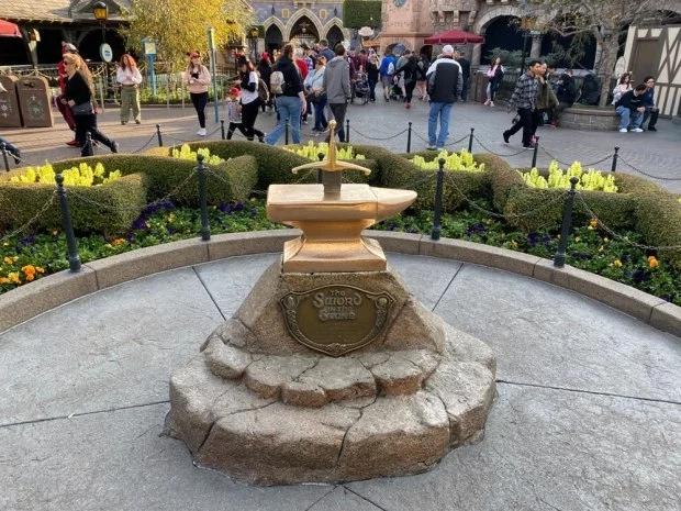 """迪士尼乐园里的""""圣剑""""(每日邮报)"""