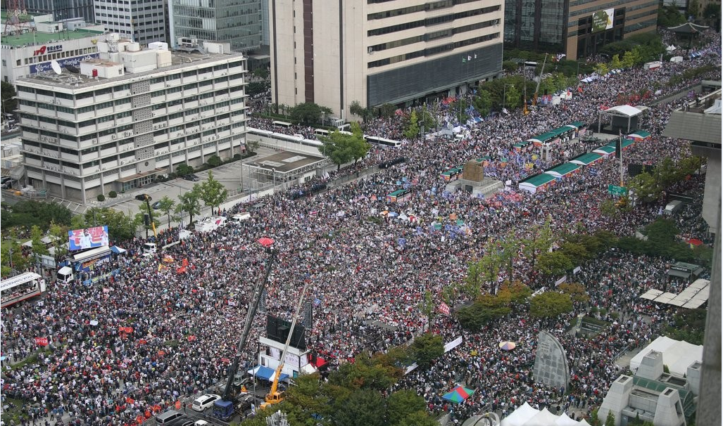 去年10月3日,首尔光化门广场,韩国多个在野党和保守团体举行集会要求时任法务部长曹国辞职。