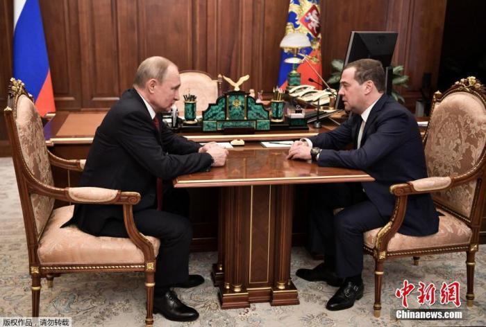 当地时间1月15日,俄罗斯总统普京(左)会见梅德韦杰夫。