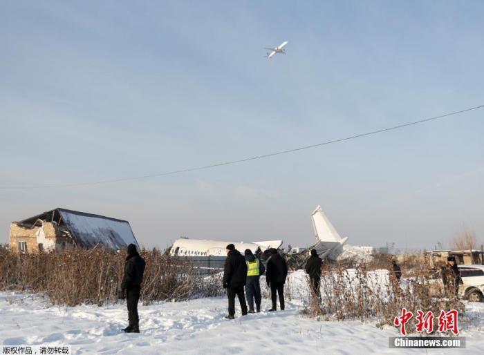 当地时间2019年12月27日,哈萨克斯坦BEK AIR航空公司一架载有100人的飞机在阿拉木图附近坠毁。图为飞机失事现场。