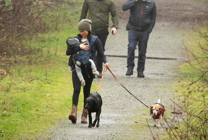 梅根抱娃在公园散步 (图源:太阳报)