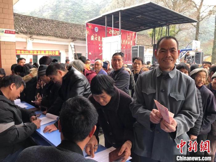 湖南江华长山村激发脱贫内在动力 村民共享集体经济分红