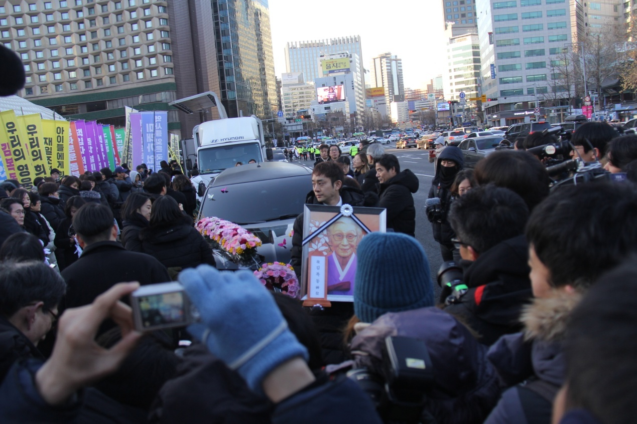 """去年2月,韩国民众集会悼念""""慰安妇""""受害者金福童去世。济冬摄"""