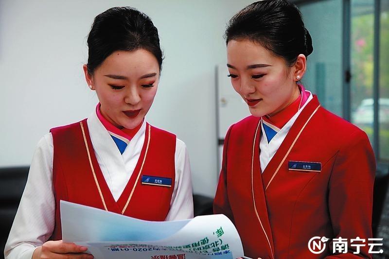 """""""90后""""双胞胎空乘姐妹花连续五年坚守春运一线"""