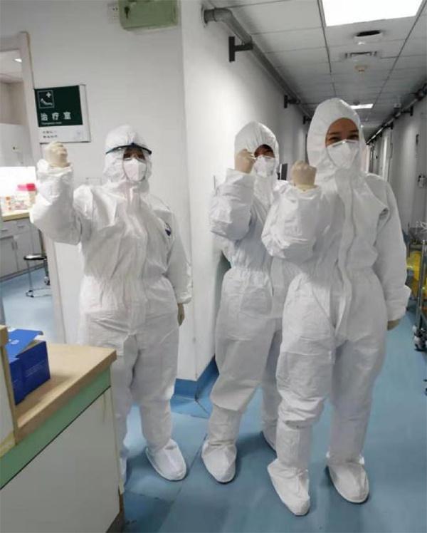 武汉市第一医院的医护人员在隔离病房。 本文图片均为受访者提供