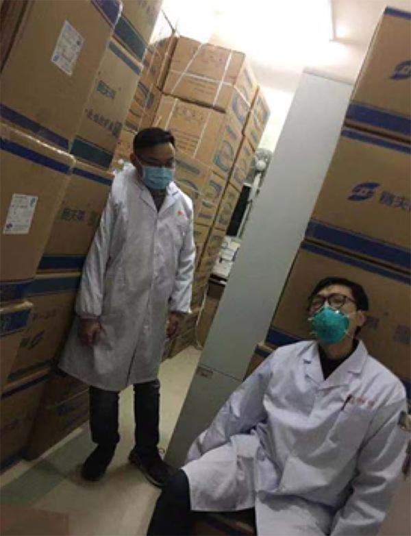 武汉市第一医院后勤工作人员,每日加班加点运送调配医疗物资,一件货80多斤,一天运三四百件。