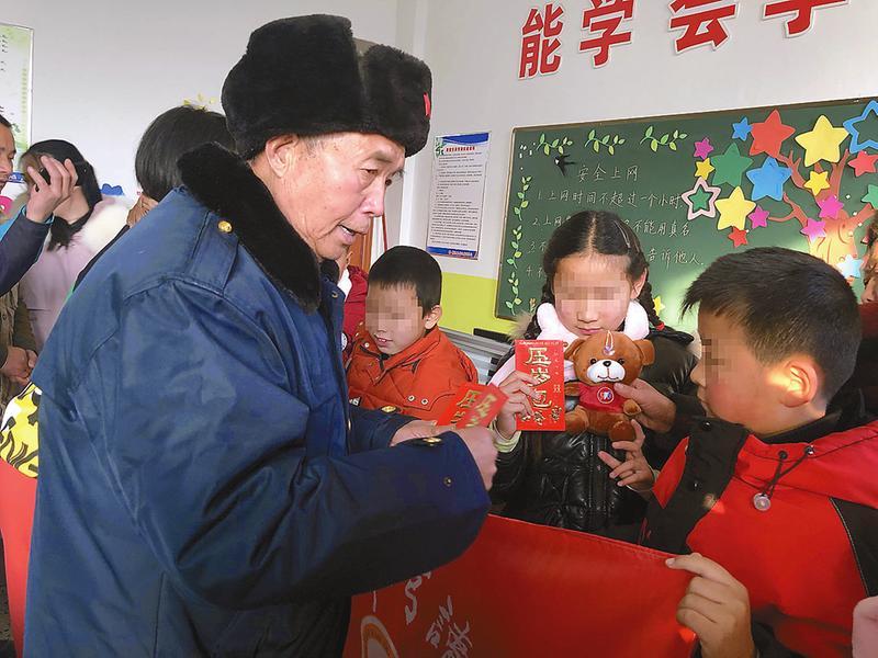 爱心人士与盲童联欢迎新年
