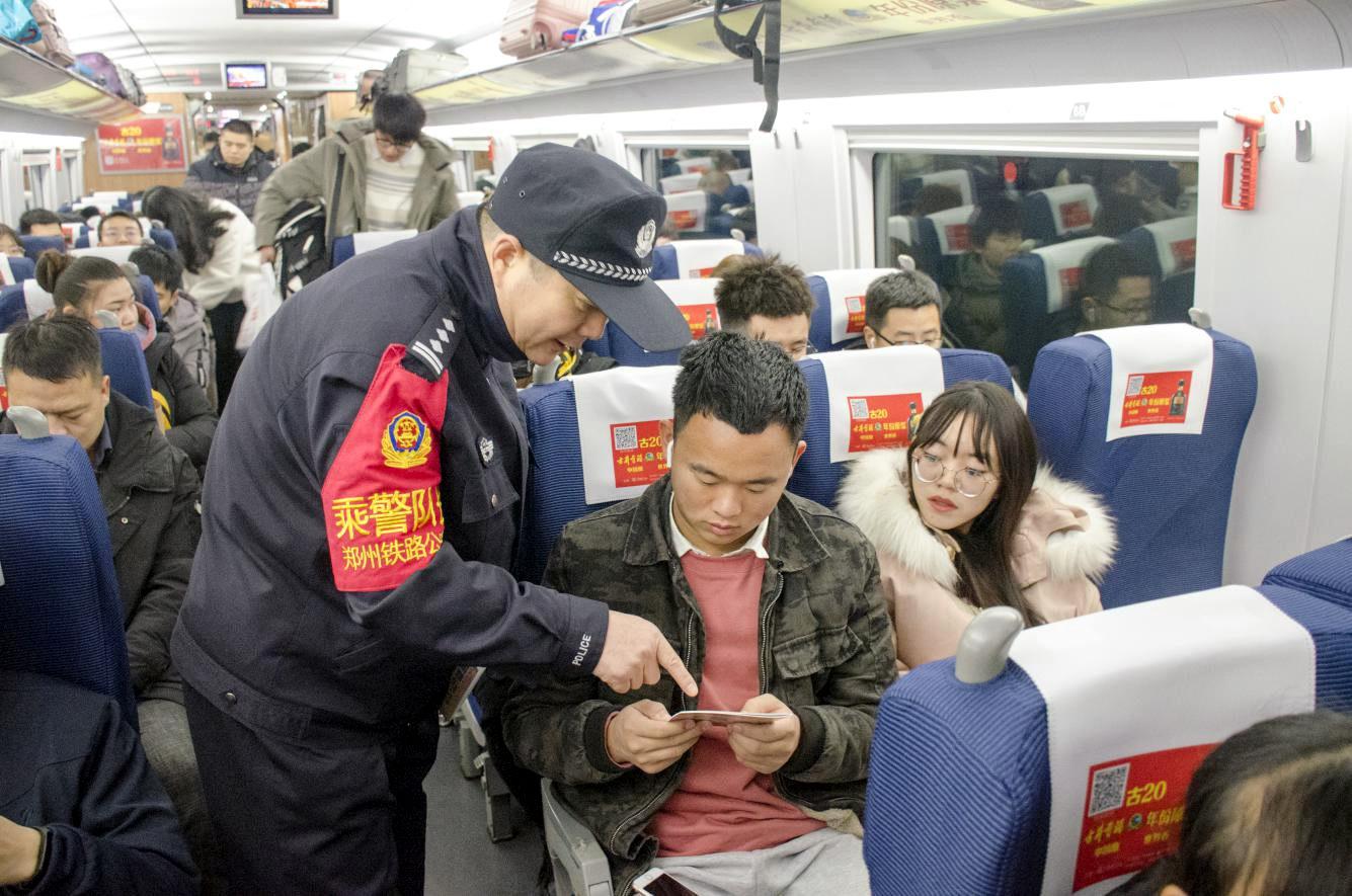全国铁路公安机关警力扑在一线确保客流高峰平稳有序图片