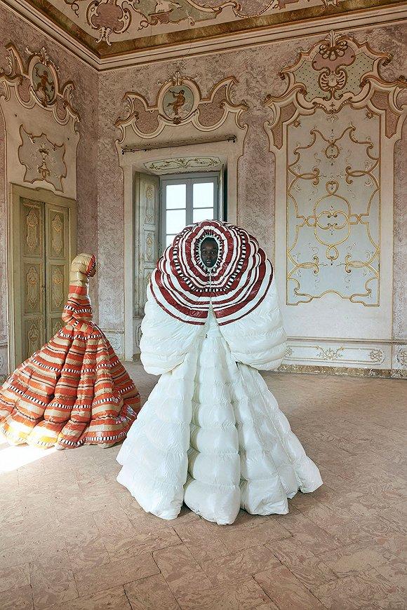 Moncler和Valentino合作羽绒蓬蓬裙,描画出轻盈裸色的MAC彩妆