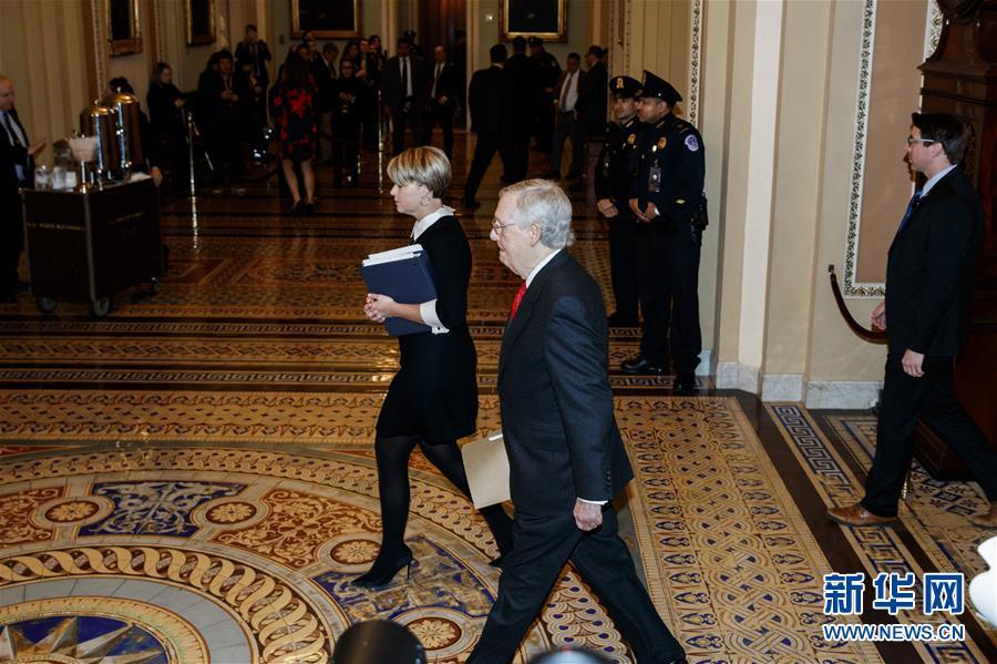 1月21日,在美国华盛顿,美国国会参议院多数党领袖麦康奈尔(前)前往参议院。 新华社发(沈霆 摄)