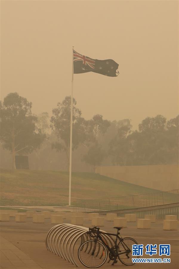 这是1月5日拍摄的被烟霾笼罩的澳大利亚堪培拉。 新华社发(储晨摄)