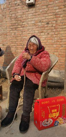 当年生活最困难的一家走出村里最长寿的老人