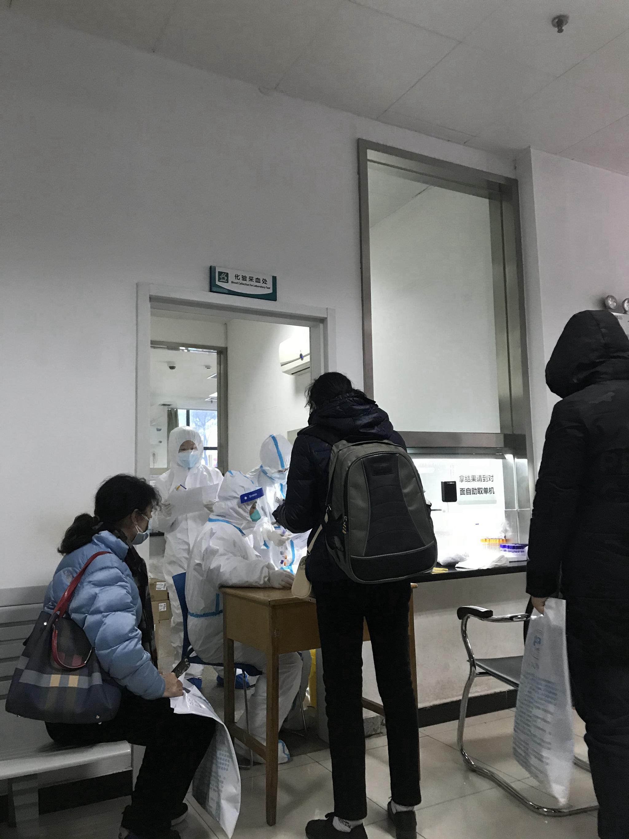 武汉定点医院发热门诊人满为患,有医生连续工作十几小时图片