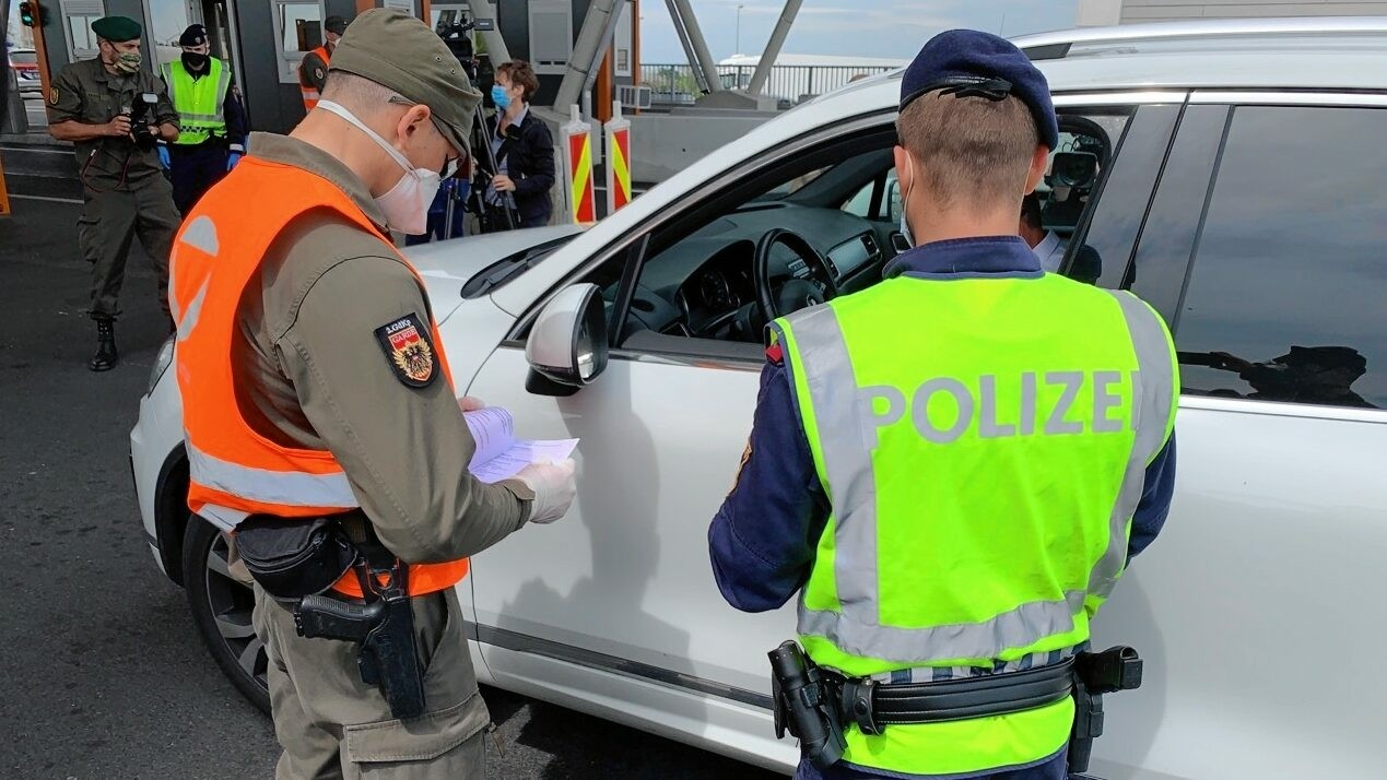 奥地利加强入境管理 海关出现拥堵