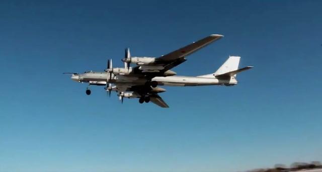 俄方出动苏-35为中俄轰炸机护航,日本出动F-15J跟踪
