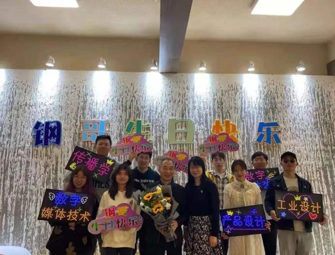 """60岁""""孩子王"""" 退休 学生为何流泪?图片"""