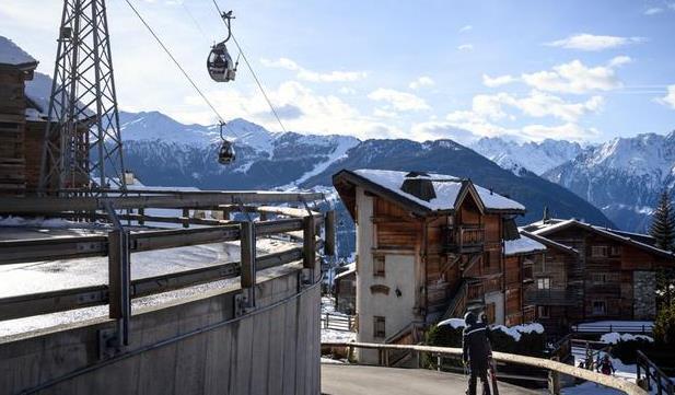 瑞士要求数百英国游客自我隔离 超200人趁夜逃走