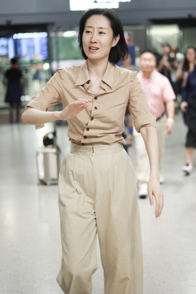 刘敏涛气场开挂,穿一袭衬衫搭配阔腿裤走机场,基础款穿出高级感