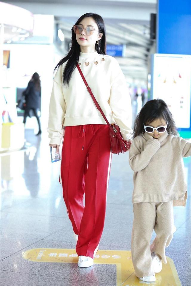 李小璐携甜馨走机场!奶白色卫衣搭配运动裤元气满满,少女感十足