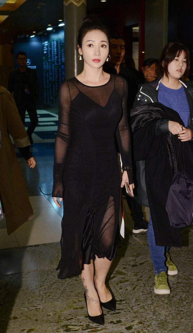 柳岩又秀性感好身材!黑色雪纺连衣裙性感大气,藏不住的凹凸感