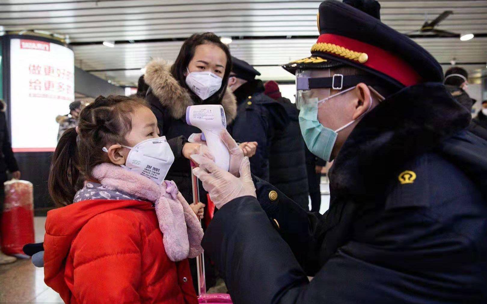 探访北京西站测温区:工作人员口罩、护目镜和手套全戴了图片