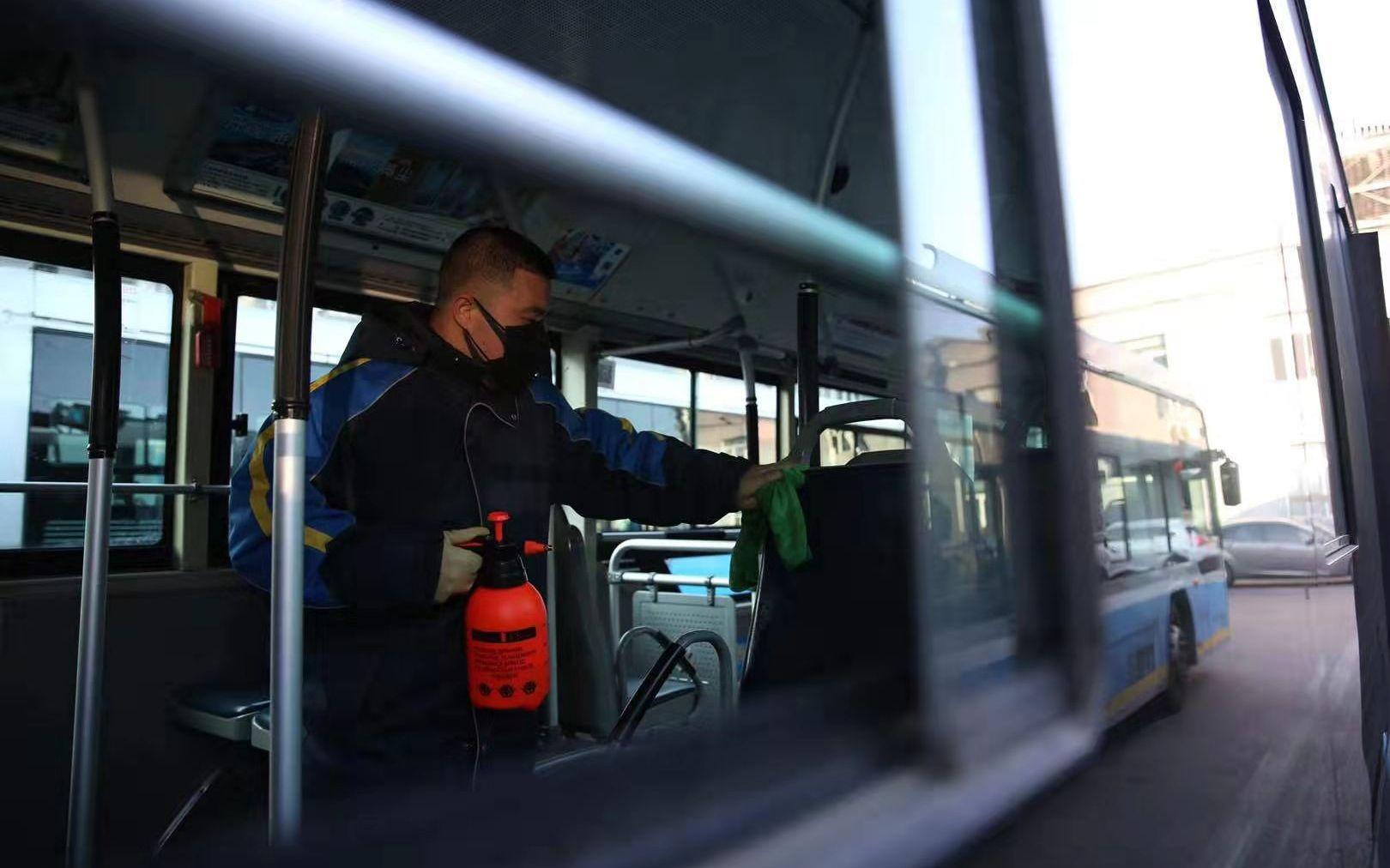 北京公交:司乘人员一律戴口罩上岗,运营车辆每天消毒图片