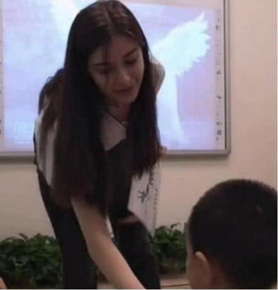 """""""最美女老师""""走红,长相甜美丝毫不输明星,网友:我想回去读书"""