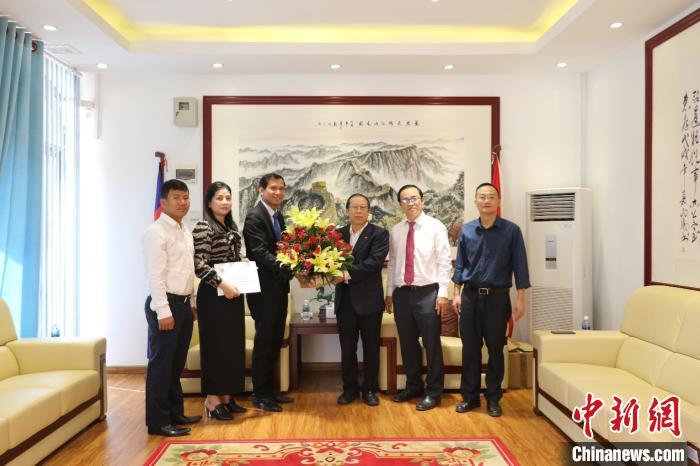 柬埔寨暹粒国际机场移民局官员向驻领办拜年