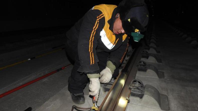 兰州高铁基础设施段兰新高铁隧道群线遂设备检修记实