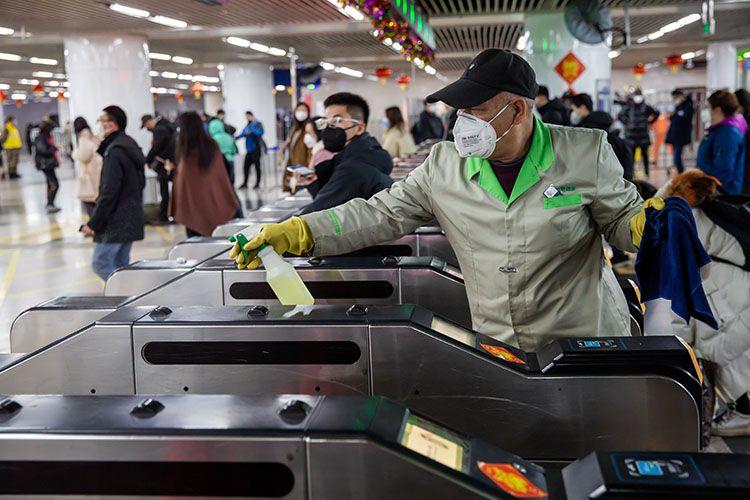 北京防控疫情:公交司机带口罩 地铁安检每小时消毒一次图片