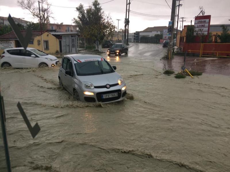 交通中断、房屋积水……希腊扎金索斯岛遭暴雨突袭