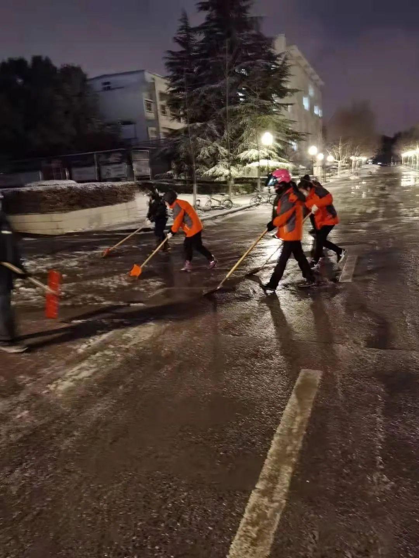 我校全面展开扫雪护路工作图片