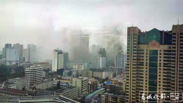 昆明交三桥船舶大楼旁一高楼疑似失火,现场浓烟滚滚图片
