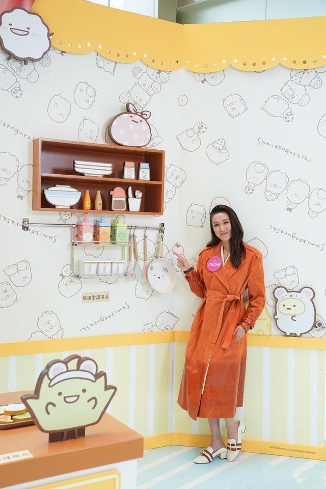 钟嘉欣穿衣有一套,橙色风衣搭配平底鞋,跟个十八岁少女一般