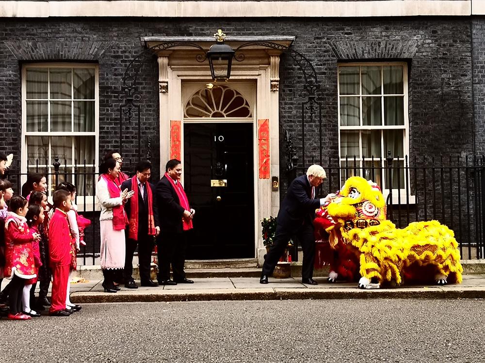 """英国首相府庆祝中国新年 鲍里斯・约翰逊""""为狮点睛"""""""