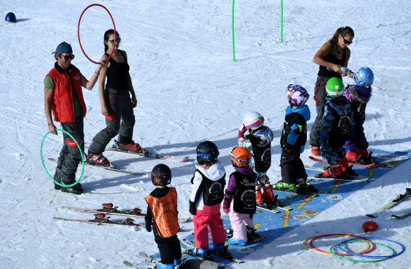 """西媒发布疫情滑雪指南:教你如何安全地""""拥抱高山"""""""