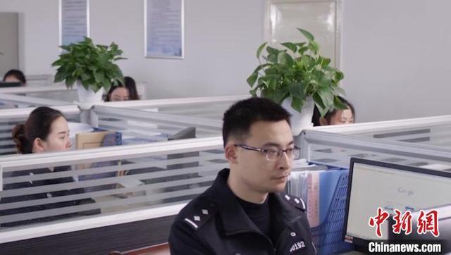 """探访24小时""""上网""""的警察:春节不""""打烊""""紧盯网络安全"""