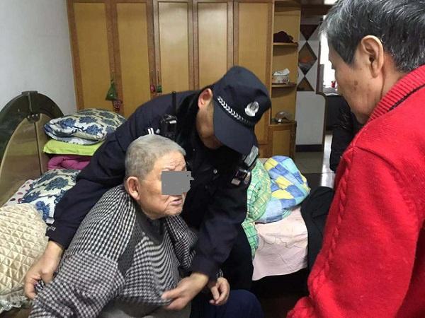 老人在家摔倒急求助 民警及时赶到化险情