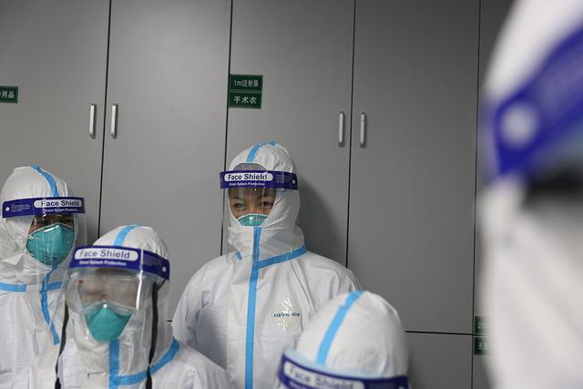 探访武汉重症隔离病房:三层防护服加三道门,一天不上洗手间