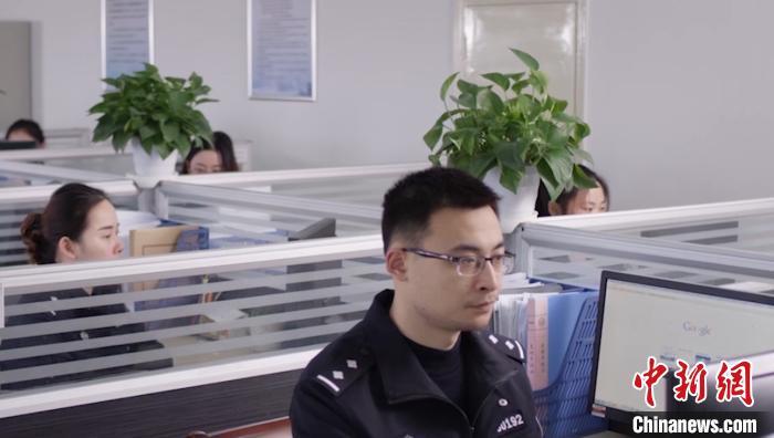 """探访24小时""""上网""""的警察:春节不""""打烊"""" 紧盯网络安全"""