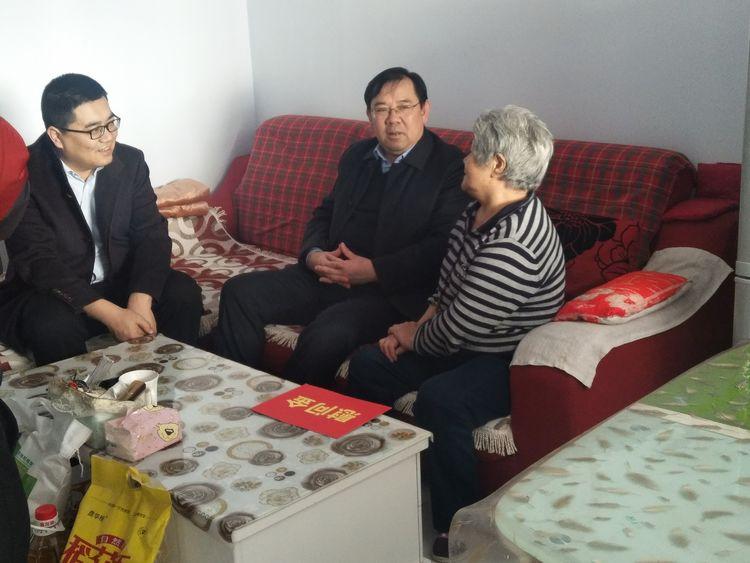 【新春走基层】区委副书记刘亮一行深入城镇街道慰问辖区困难群众