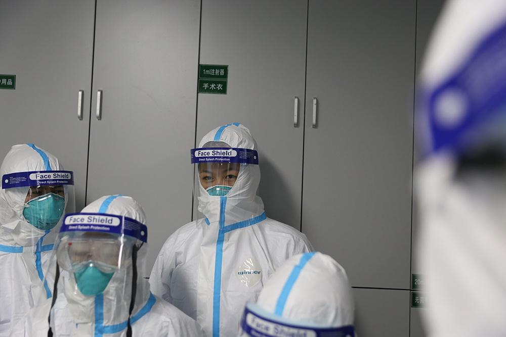 武汉隔离病房:3层防护服加3道门 一天不上洗手间